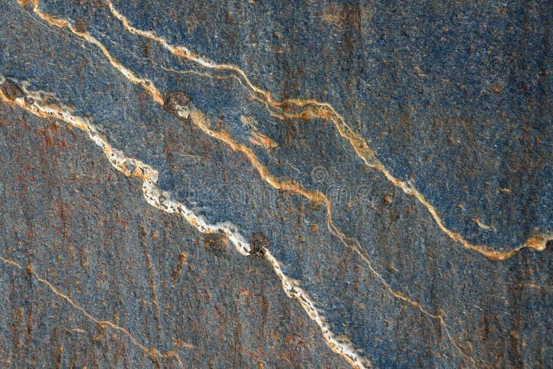 Pierre grise bleue avec les lignes blanches et oranges du mod?le et de la texture comme fond de nature image stock