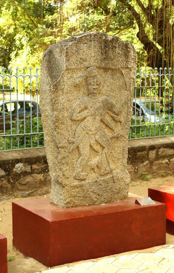 Pierre héroïque antique de monument d'homme au musée photographie stock