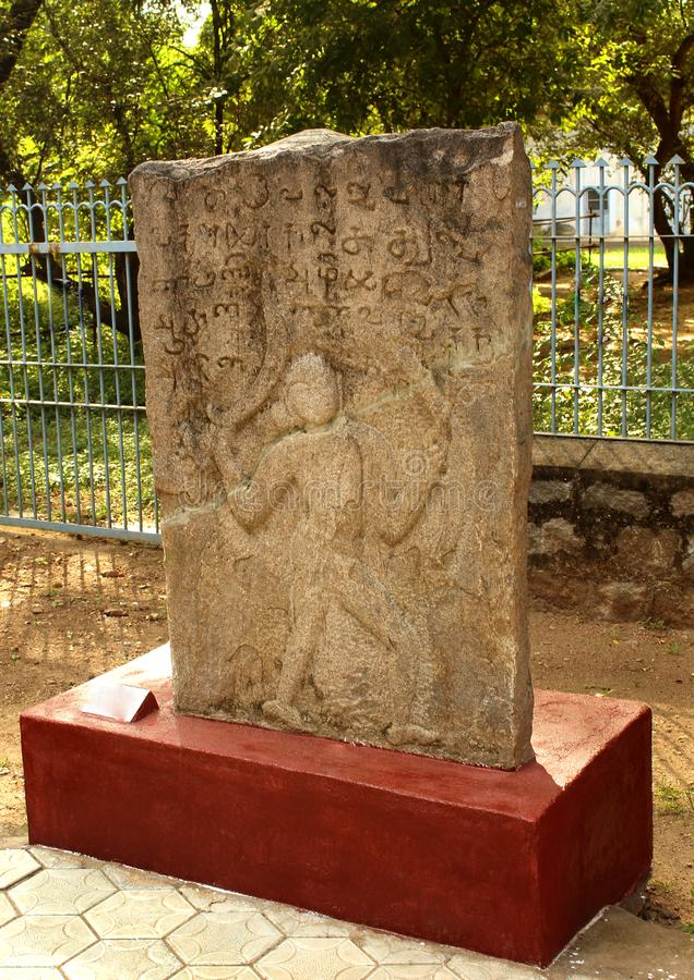 Pierre héroïque antique de monument d'homme au musée image stock