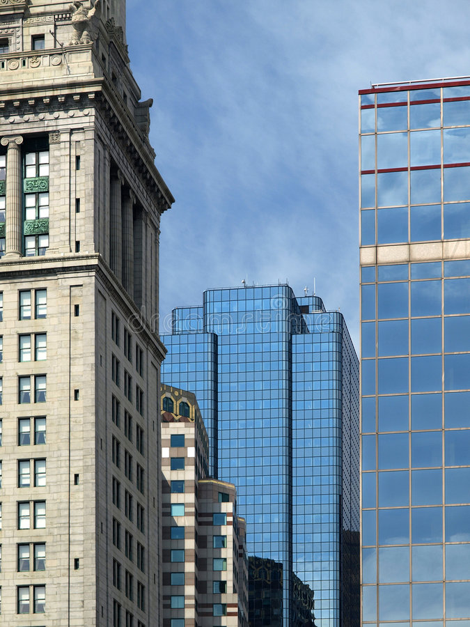 Pierre historique et constructions en verre modernes photographie stock libre de droits