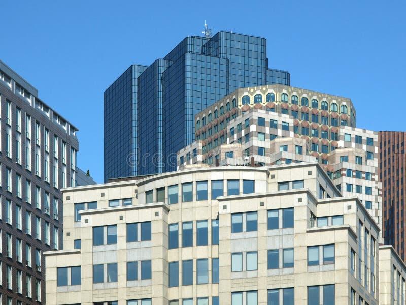 Pierre historique et immeubles de bureaux en verre modernes photos stock