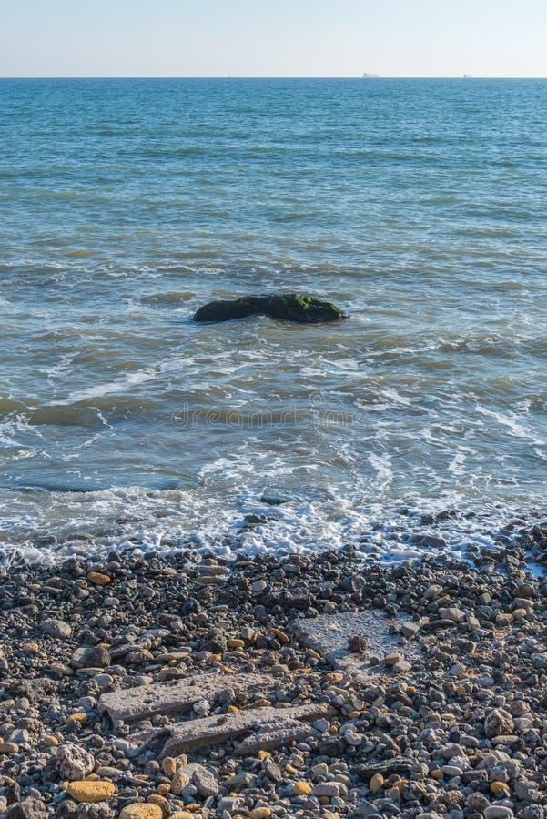Pierre isolée en mer à la côte images libres de droits