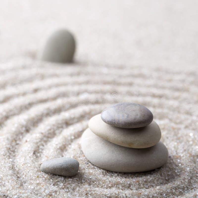 Pierre japonaise de méditation de jardin de zen pour le sable de concentration et de relaxation et roche pour l'harmonie et équil photographie stock