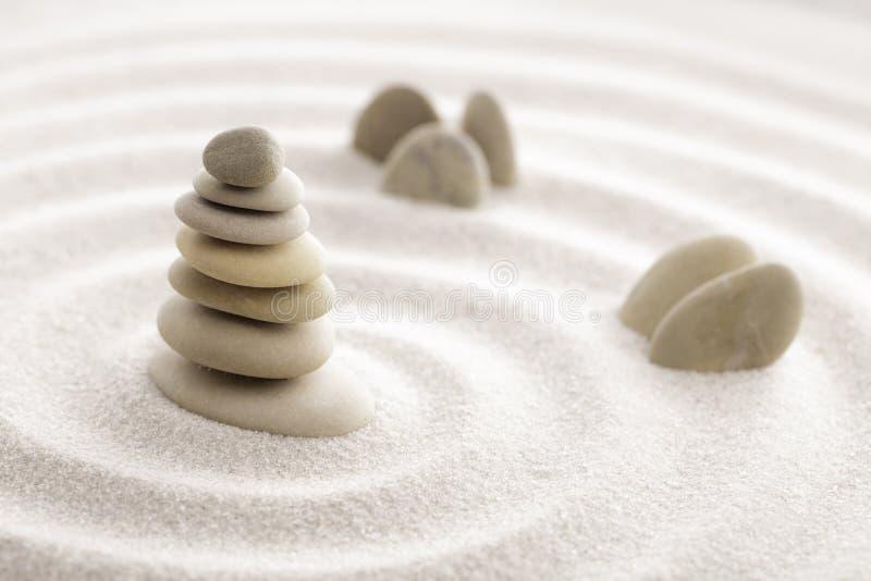 Pierre japonaise de méditation de jardin de zen pour le sable de concentration et de relaxation et roche pour l'harmonie et équil photographie stock libre de droits