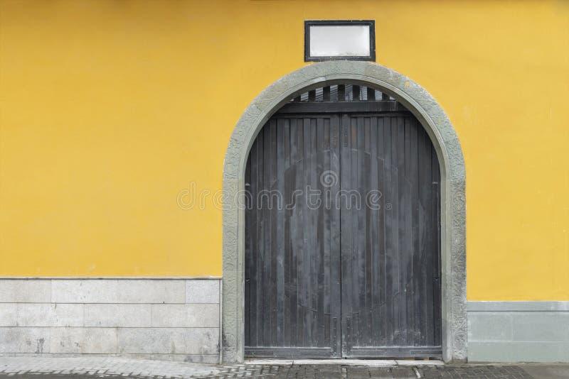 pierre jaune de mur et de porte chez le Jade Buddha Temple, Changhaï, porcelaine photo stock