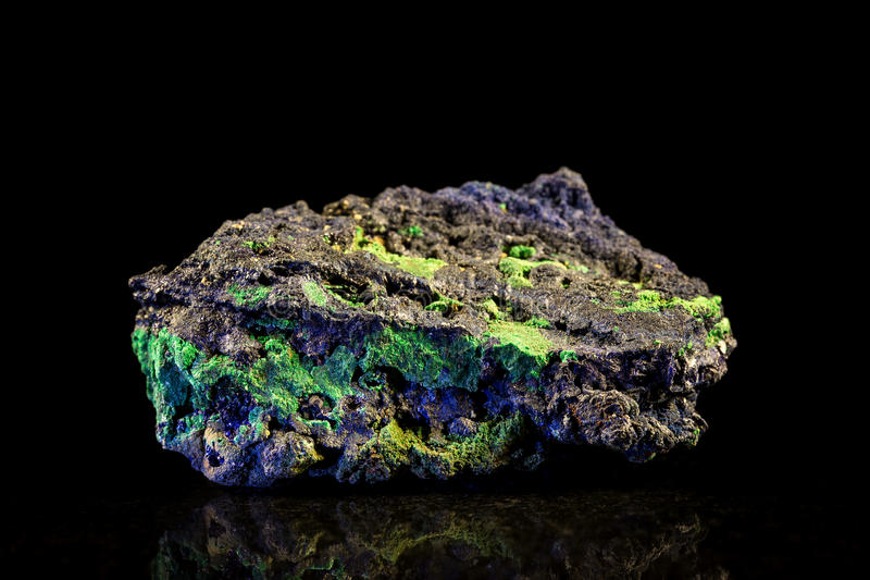 Pierre minérale de malachite et d'azurite avec le fond noir images libres de droits