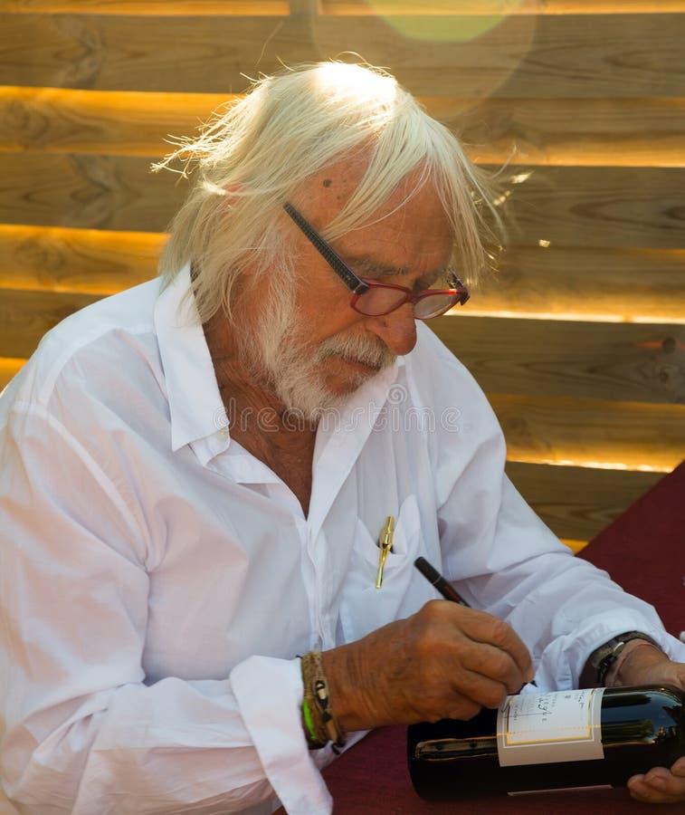 Pierre Richard bij zijn wijnmakerij royalty-vrije stock afbeeldingen