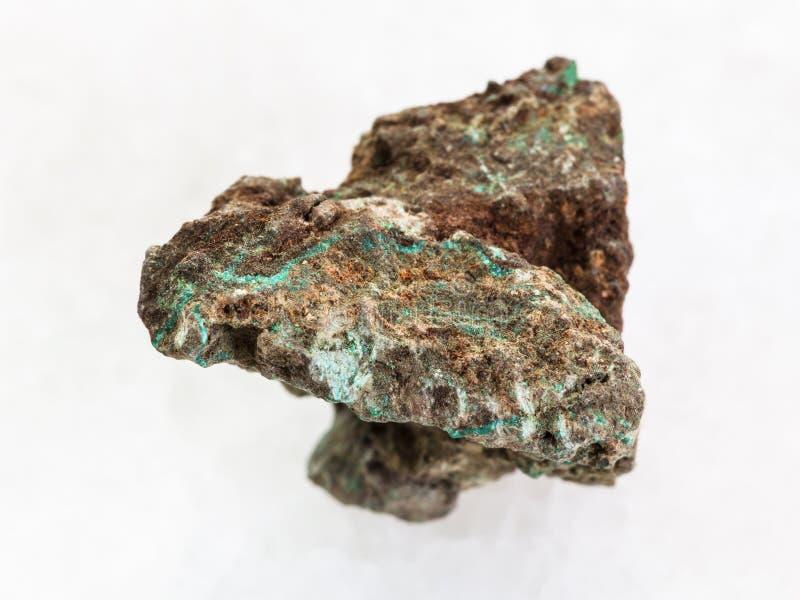 pierre rugueuse de malachite (minerai de cuivre) sur le blanc photo libre de droits
