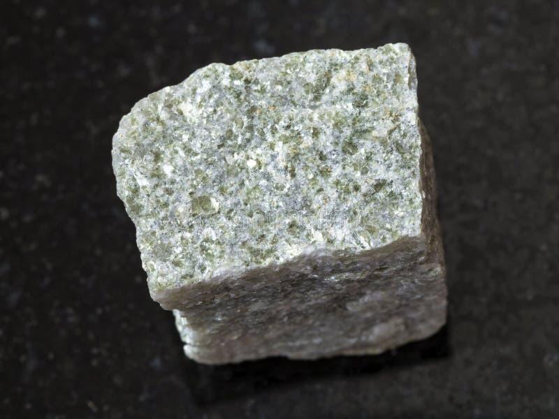 pierre rugueuse de schiste de quartz-mica sur le fond foncé images stock