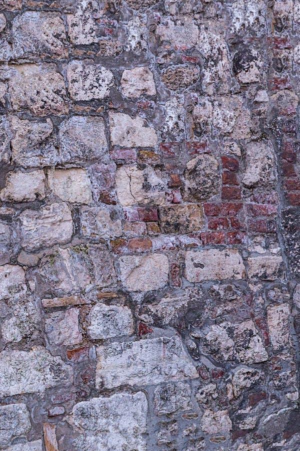 Pierre ruinée de texture de fond de forteresse de mur beige rouge-brun de ciment de bloc de mur vieille cassée image libre de droits