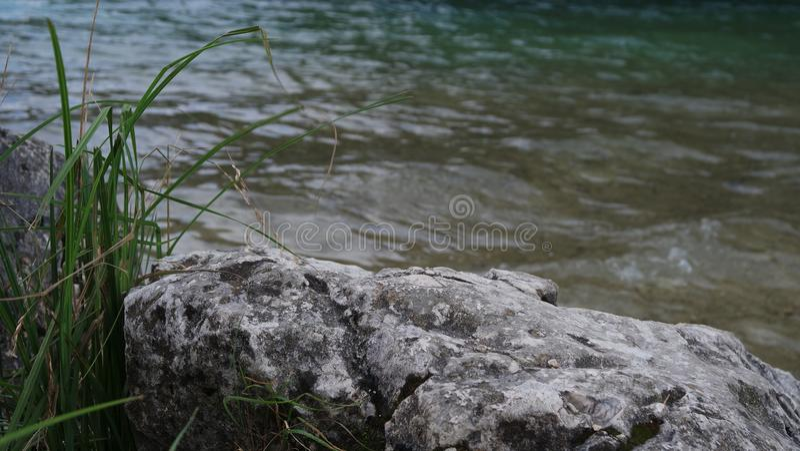 Pierre sur le rivage du lac, roche images libres de droits