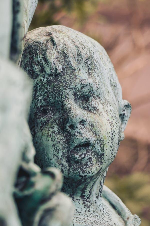 Pierre tombale antique de religion de vieux cimetière d'art de sculpture en nature de statue photo libre de droits