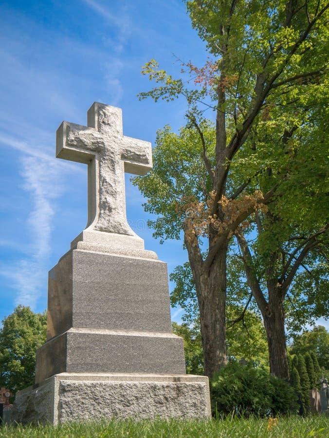 Pierre tombale avec la croix photo libre de droits
