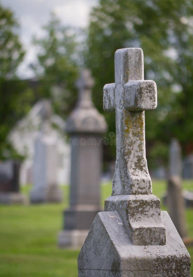 Pierre tombale de cimetière avec le crucifix. images stock