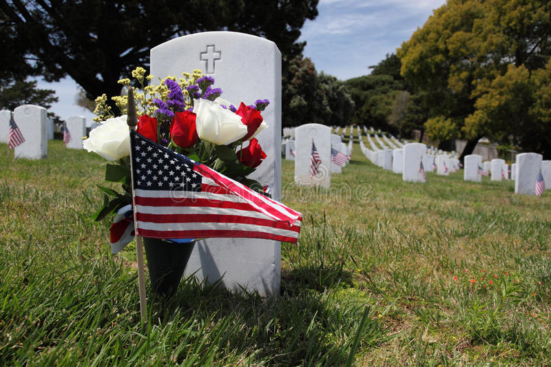 Pierre tombale et indicateur américain au cimetière national photographie stock libre de droits