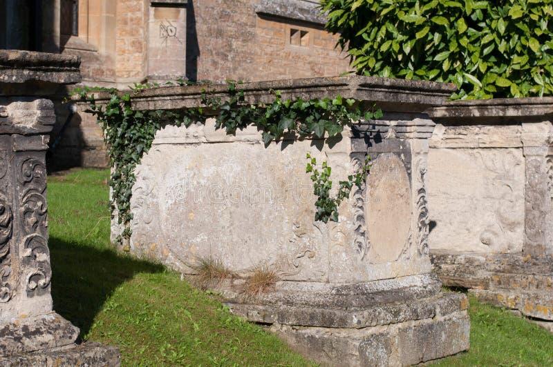 Pierre tombale et tombes dans un cimetière antique d'église photos stock