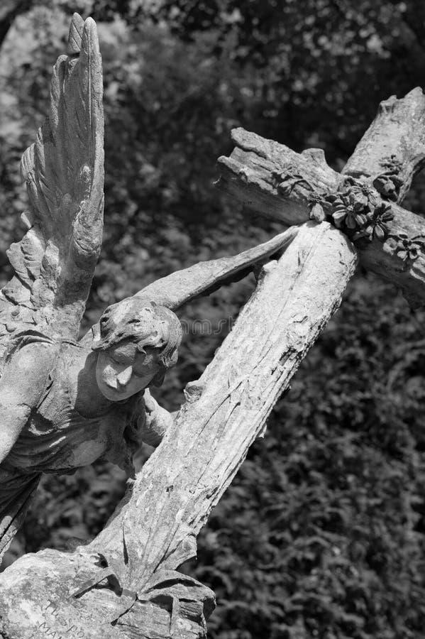Pierre tombale un ange avec une croix image stock