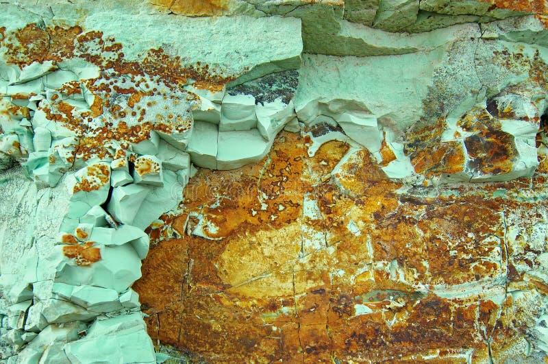 Pierre verte avec des insertions oranges photo libre de droits