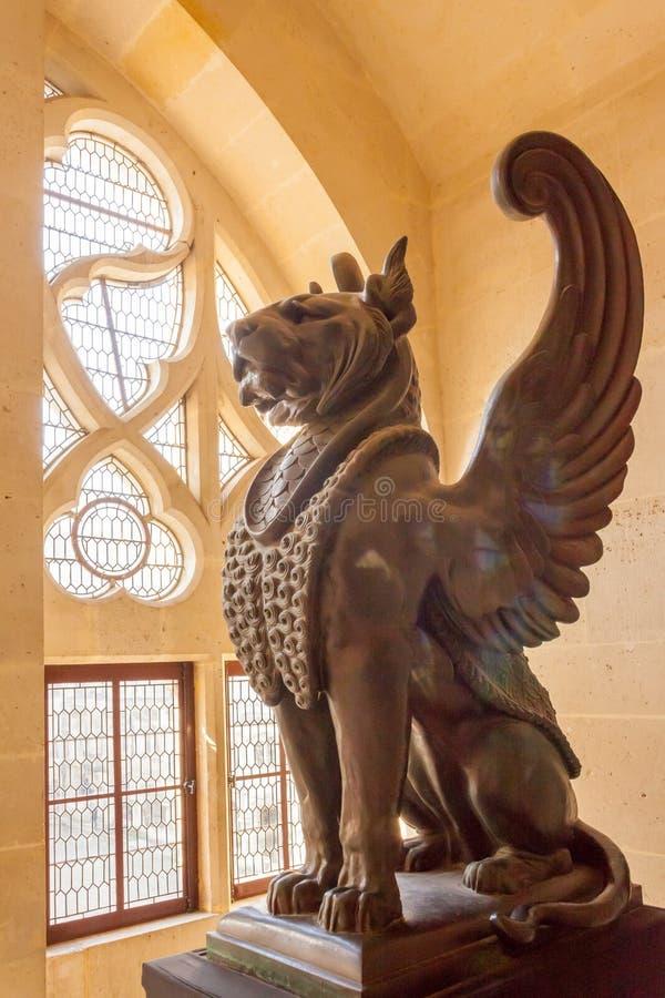 Pierrefond interno con alas león del castillo fotografía de archivo