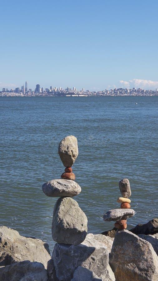 Pierres équilibrées empilées, dans un style artistique ou de zen, dans Sausalito, San Francisco, la Californie, Etats-Unis photos libres de droits