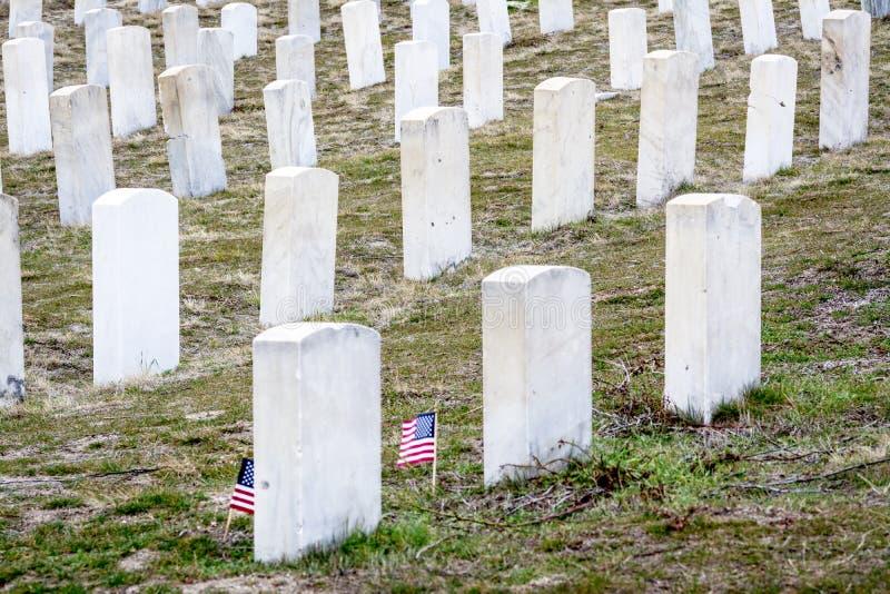 Pierres blanches de tombe à un cimetière militaire photos libres de droits