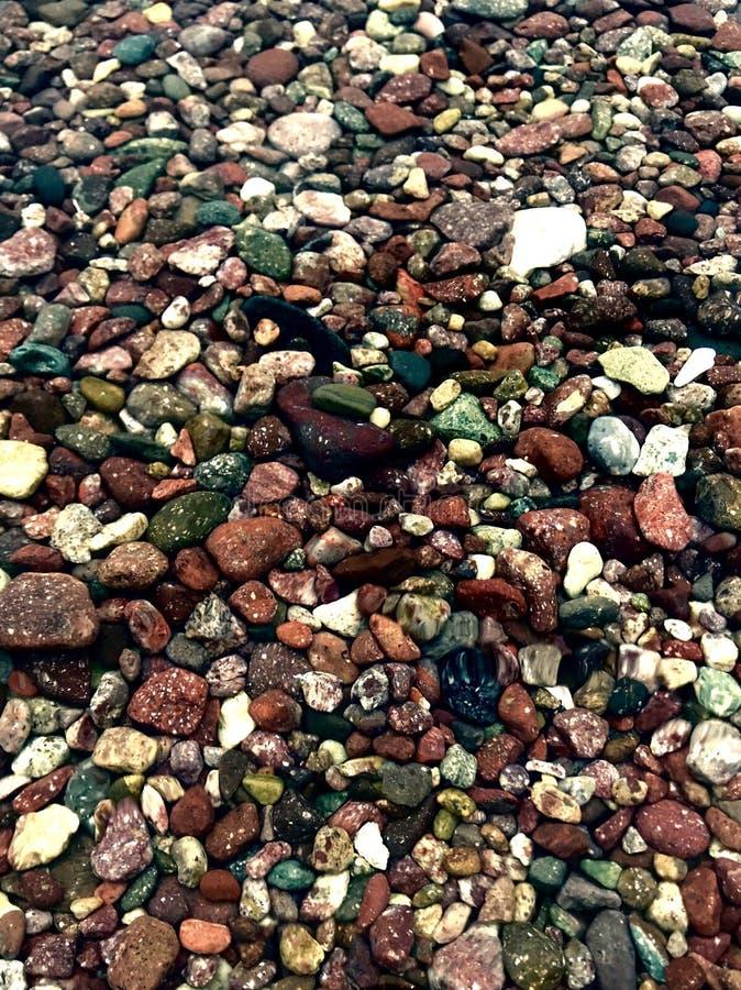 Pierres colorées par océan, cailloux colorés image stock
