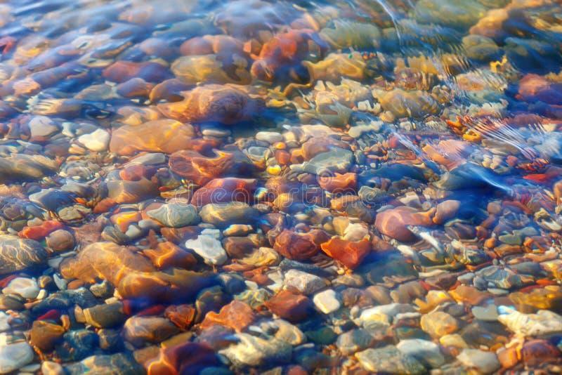 Pierres colorées sous l'eau Le concept de la méditation, de la contemplation, de la paix et du silence images libres de droits