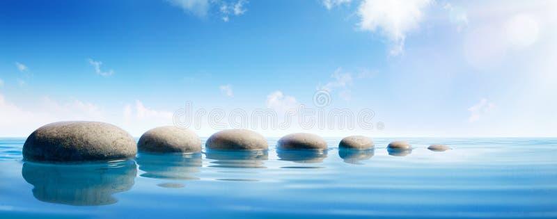 Pierres d'étape dans l'eau bleue images libres de droits
