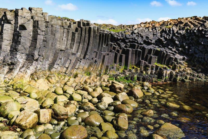 Pierres de basalte dans différentes couleurs sur le kalfshamarsvik image stock