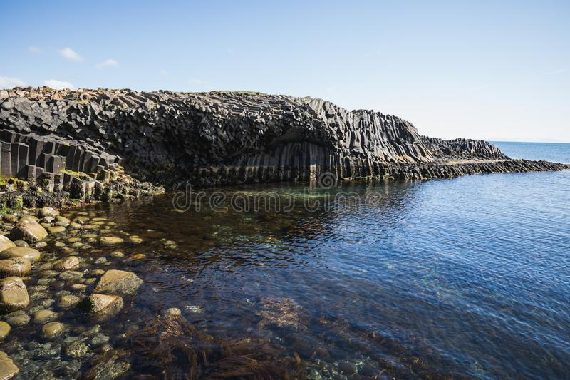 Pierres de basalte dans différentes couleurs sur le kalfshamarsvik photo stock