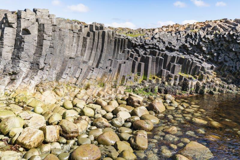 Pierres de basalte dans différentes couleurs sur le kalfshamarsvik photographie stock
