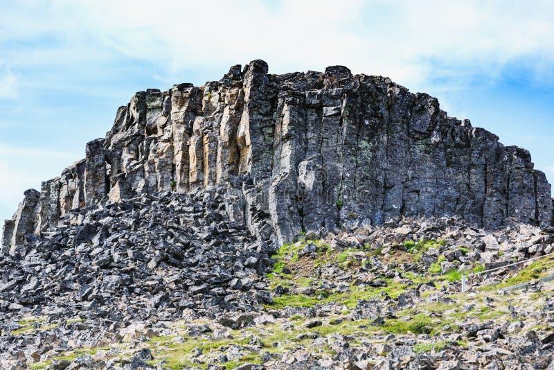 Pierres de basalte près de roche spectaculaire de Hvitserkur en mer images stock