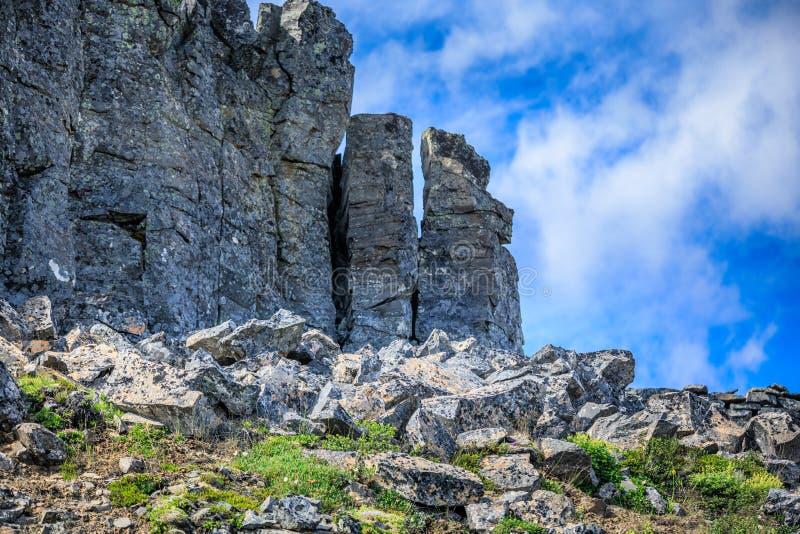 Pierres de basalte près de roche spectaculaire de Hvitserkur en mer photographie stock