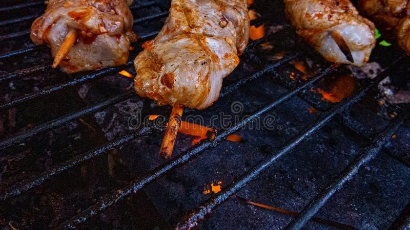 Pierres de BBQ/métal avec le poulet Souvlaki photos stock