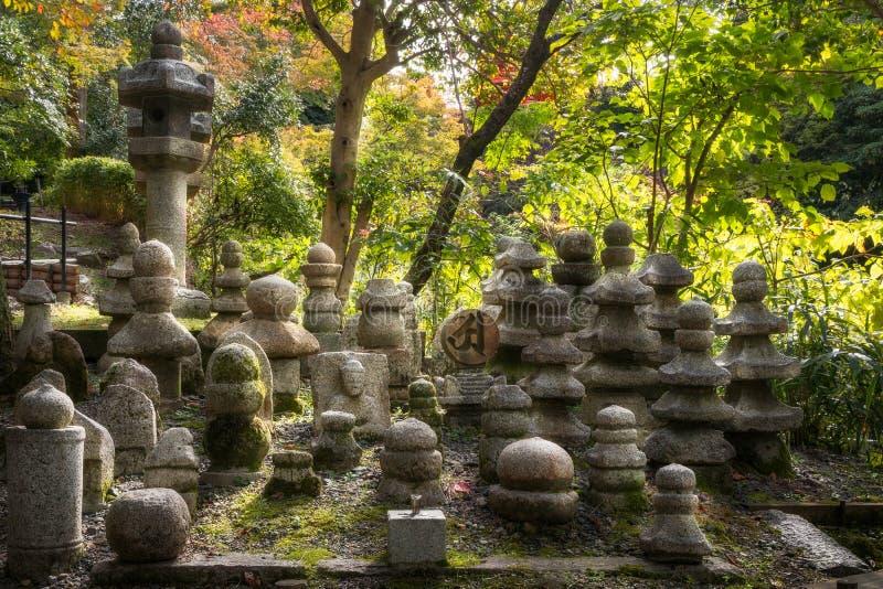 Pierres de cimetière avec la lumière de coucher du soleil par derrière au temple de Kiyomizu-dera photos libres de droits
