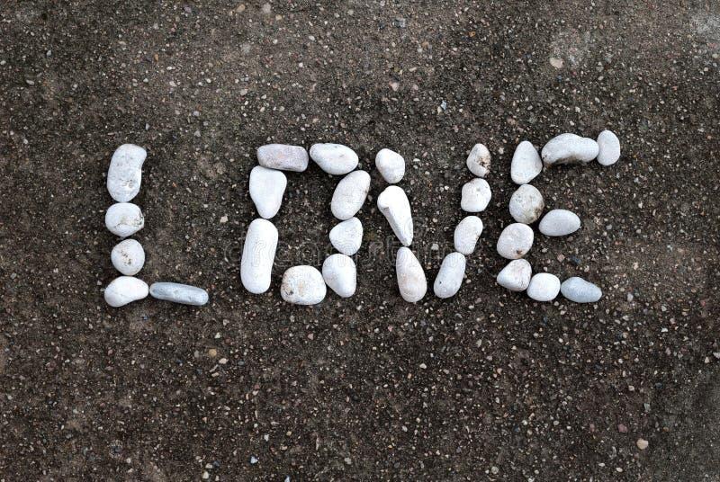 Pierres de forme d'amour de Word sur l'asphalte photo libre de droits