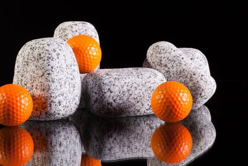 Pierres de granit et boules de golf photographie stock libre de droits