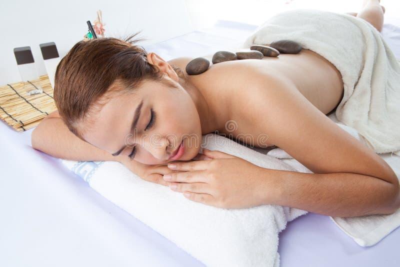 Download Pierres De Massage Sur Le Dos De La Femme à La Station Thermale Photo stock - Image du contenu, massage: 45350108
