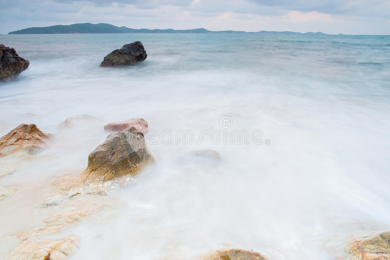 pierres de mer à pendant la pluie, parc national de ya de laem de khao, province de rayong, Thaïlande photos libres de droits
