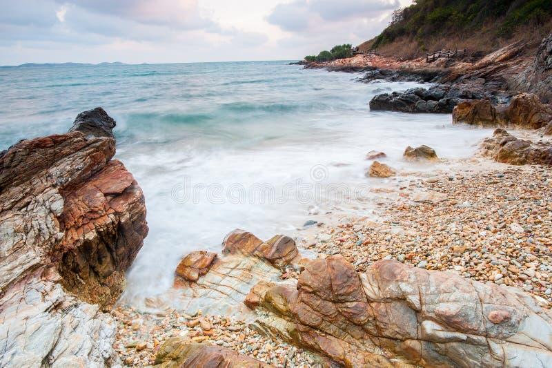 pierres de mer à pendant la pluie, parc national de ya de laem de khao, province de rayong, Thaïlande images stock