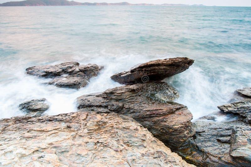 pierres de mer à pendant la pluie, parc national de ya de laem de khao, province de rayong, Thaïlande photos stock