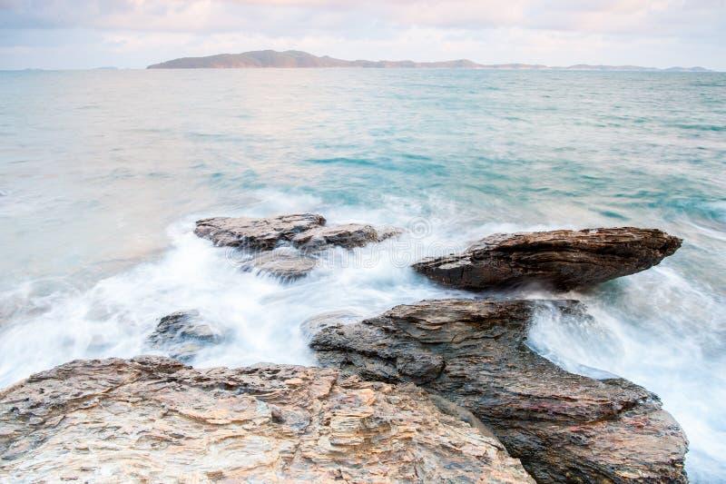 pierres de mer à pendant la pluie, parc national de ya de laem de khao, province de rayong, Thaïlande image stock
