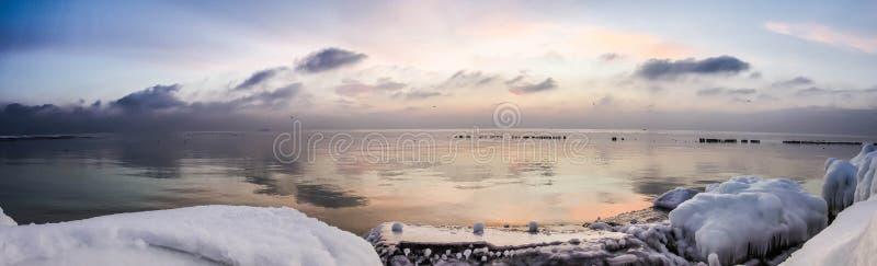 Pierres de mer et de glace d'hiver photos stock