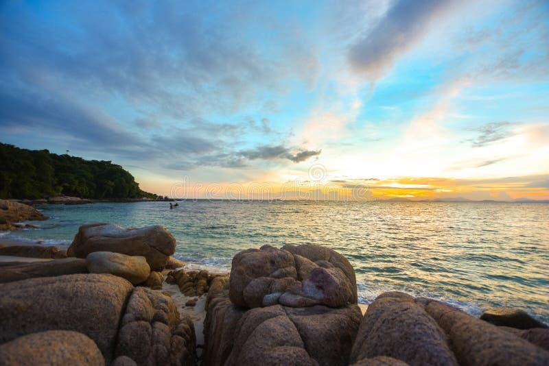 Pierres de mer et de roche sur la plage avec le sable dans le coucher du soleil , sc?ne de mer de nature et photographie de paysa photo libre de droits