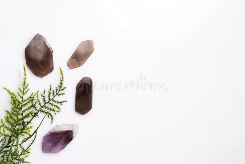 Pierres de minerais enlevées sur un fond blanc sur le dessus avec l'herbe verte image libre de droits