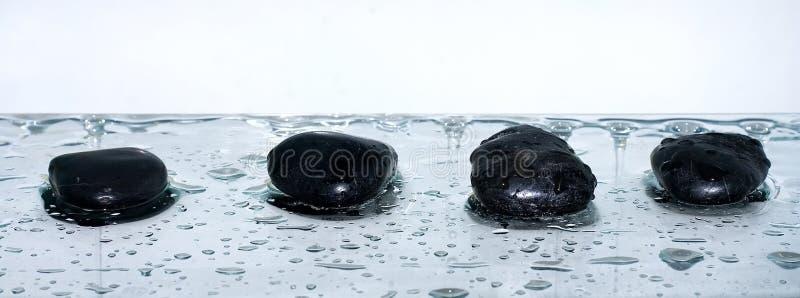 Pierres de zen avec des baisses de l'eau image libre de droits