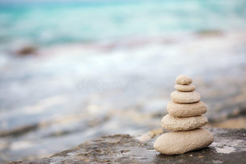 Pierres de zen, fond l'océan pour la méditation parfaite images stock