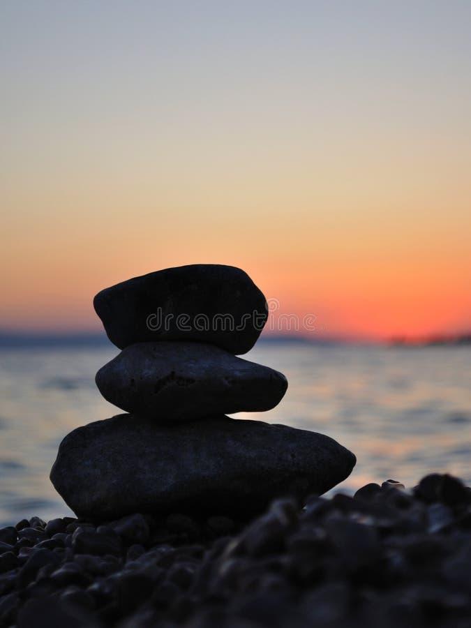 Pierres de zen sur la plage images libres de droits