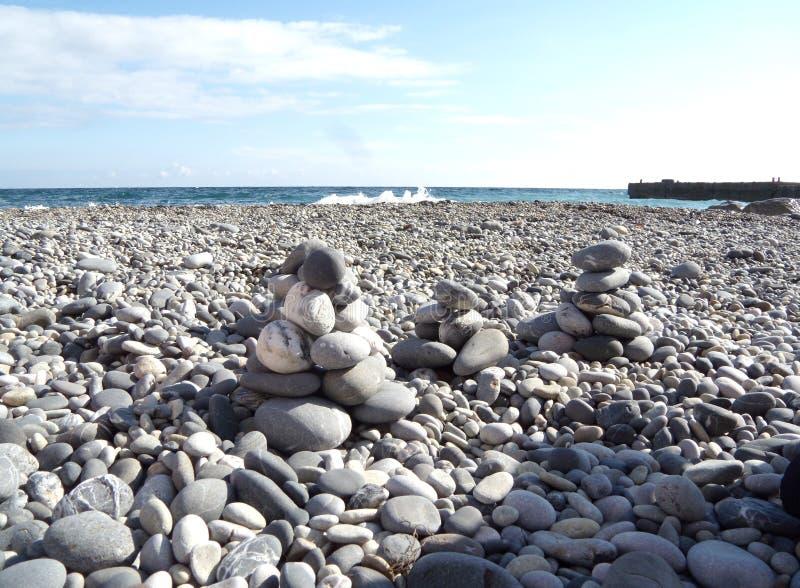 Pierres de zen sur la plage Les cailloux abstraits de mer dominent plan rapproché Le concept des pierres équilibrent et les caill photographie stock libre de droits