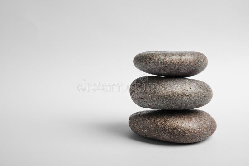Pierres empilées de zen sur le fond blanc images stock